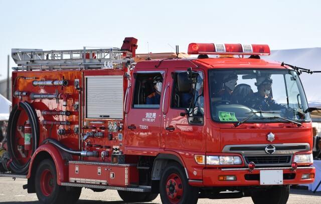 八女インター入口交差点付近で車両火災 近くのうどん店看板に接触後出火か