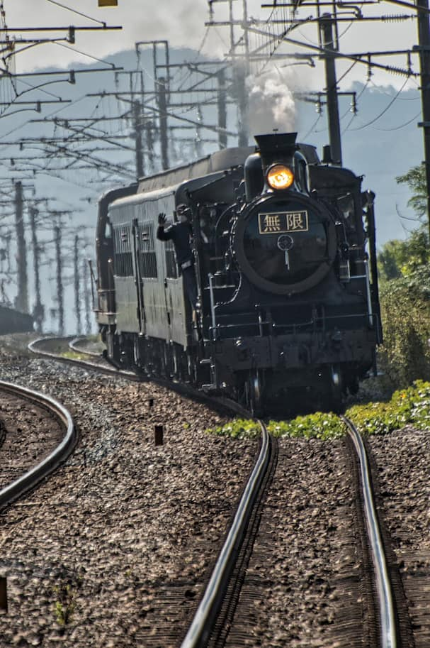 JR九州「SL鬼滅の刃」を新船小屋駅で撮影 写真でも伝わる躍動感!