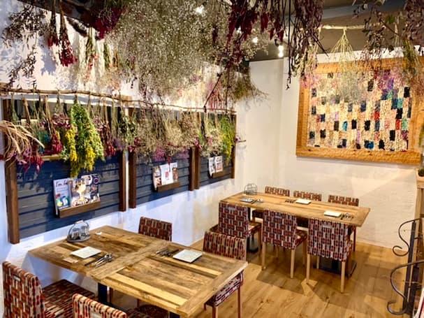 「厳選野菜料理とかんなアイスのお店 夜空」ドライフラワーの降り注ぐ空間でちょっと贅沢ランチ!