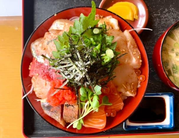 「魚国(うおくに)」12種類のボリュームある海鮮丼を食べてみた【久留米市】