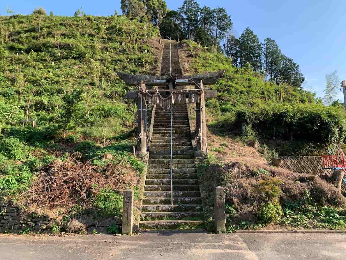 広川町水原の県道84号線沿いに突如現れる勾配きつめの階段